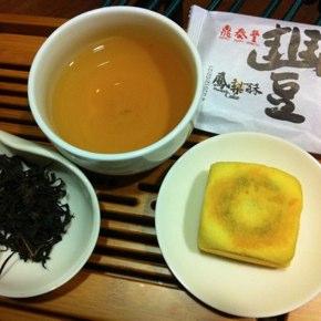 鼎泰豐(ディンタイフォン)のパイナップルケーキと金萱紅茶